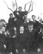 P. Semeria, sopra un alberello, tra un gruppo di amici (19 aprile 1897)