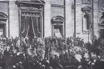 La salma di P. Semeria esce dalla Chiesa di S. Carlo ai Catinari