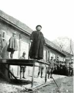P. Semeria parla ai soldati al fronte su un palco improvvisato.
