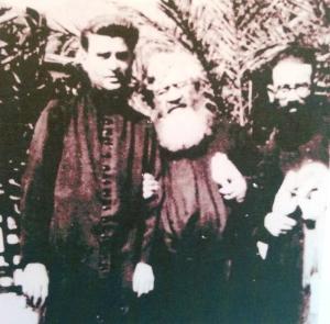 P. Semeria , anziano ed affaticato, sorretto da due confratelli