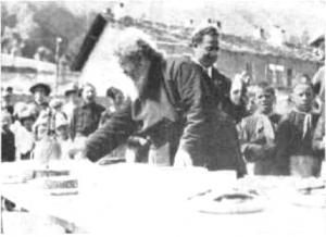 P. Semeria imbandisce una tavola per i piccoli ospiti della Colonia Alpina di Valpelline
