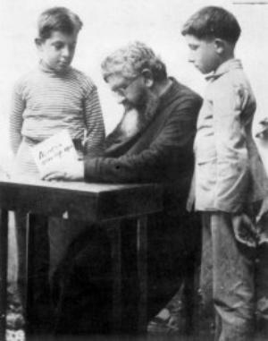 P. Semeria tra i suoi orfani.