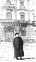 P. Semeria davanti all'Abbazia di S. Martino delle Scale